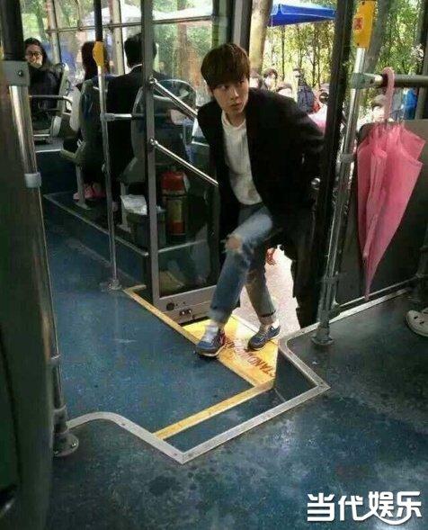 李易峰现身校园拍《栀子》 露经典呆萌表情坐公交车