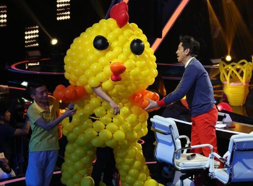 撒贝宁又玩出新高度!气球套头变小黄鸡