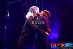 谭维维狂吻舞者 与李亚鹏亲密互动