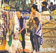 吴君如带女儿买地摊货 贵为影后生活节俭