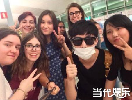 张艺兴在欧洲机场与粉丝合影
