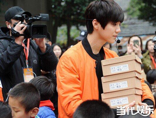 """""""我们是来向孩子们学习的"""",11月8日,正在南京录制第三季《奔跑吧兄弟》的7位跑男团成员,空降某民工子弟学校,在与孩子们亲密互动后,邓超颇有感悟的说了这句话。跑男们此次来到学校是为孩子们送上跑鞋、书籍等礼物,并承诺为该学校修建""""阳光跑道""""的。这是《跑男》继前两季的""""公益跑鞋计划""""及""""奔跑2015""""阳光跑道公益健行计划后,与微博、中国扶贫基金会再度联合,发起《奔跑吧兄弟》第三季""""奔跑阳光+&rdquo"""