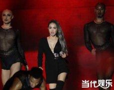 韩国MAMA盛典蔡依林性感亮相 妖男伴舞依旧抢镜遭吐槽
