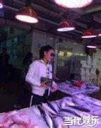 张柏芝为儿子煮饭现身菜市场 素颜买菜被赞好妈妈
