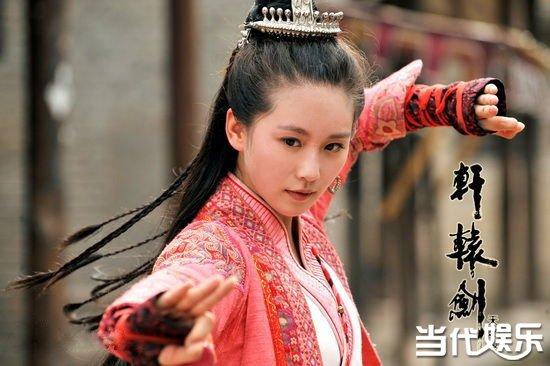 而马尾对刘诗诗来说更是毫无压力的,早前在《轩辕剑》中,尽管是古装,但刘诗诗一直是高马尾的造型,帅气舒爽十分漂亮。近来播出的《那年青春我们正好》,尽管剧情狗血,但刘诗诗在其中的扮相是真漂亮,扮演高中生时扎起马尾来也是清秀动人令人惊艳,这个校花绝对的当之无愧。