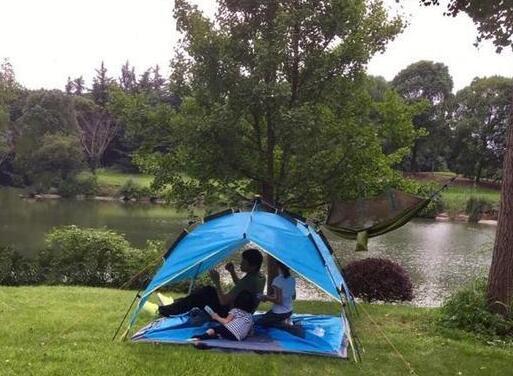 野外生存后遗症吗?陆毅和女儿搭帐篷玩得超开心