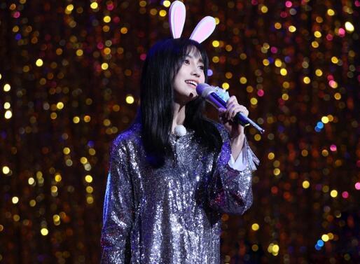 Angelababy《奔跑吧》克服唱歌紧张 带兔耳朵变身软萌小兔几
