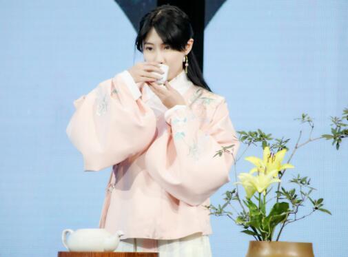 SNH48李艺彤亮相《诗意中国》 变身帝王花展现睿智
