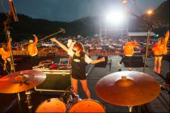 好嗨哟!仙女山草原露营音乐周迎电音之夜,上万歌迷雨中狂欢
