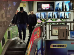 王家卫现身重庆被偶遇 疑似重拍《重庆森林》